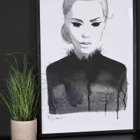 grafisk-portrettbilde-jessica-i-sort-og-hvit-foran-sort-vegg-interiør-kremmerhuset